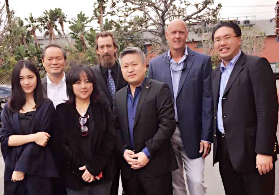 右一是阿凡逹導演卡麥隆天津公司的總裁程信森,右二是美國Mirage-Co.縂裁Brad右三天冿國家開發區管委會副主任王威